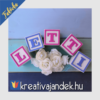 Kép 7/17 - Fehérre festett kockákra színes betű dekoráció